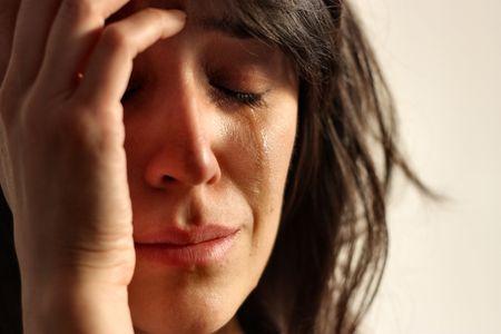 mujer llorando: Primer plano de la mujer que llora Foto de archivo