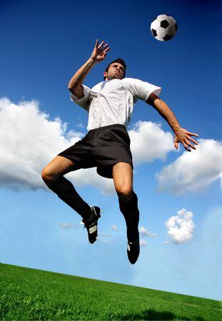 fuball spieler: Fu�ball oder Football-Spieler in akrobatischen Position