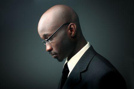 empleados trabajando: perfil del empresario de �frica con expresi�n triste