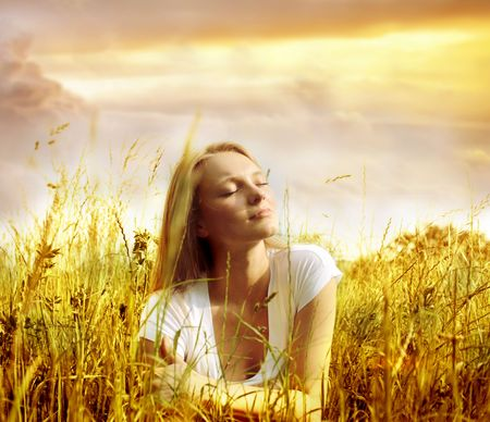 respiracion: hermosa muchacha en un campo de oro