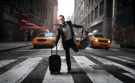 paso de cebra: Empresario rápidamente cruzando una calle de la ciudad