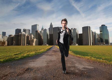 huir: Empresario huyendo de una ciudad
