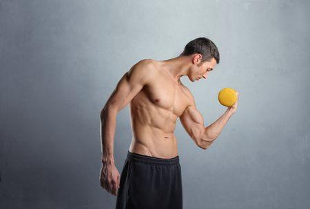 muskeltraining: Brawny blo�es-chested Mn, Gewichte zu heben