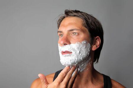 hombre afeitandose: Hombre de afeitar