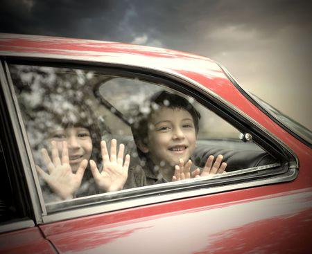 bambini seduti: Due bambini sorridenti seduto in auto