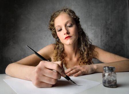carta de amor: Hermosa mujer escribiendo una carta Foto de archivo