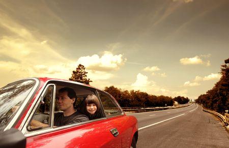 familia viaje: Hombre joven conducir un coche con su hija sentada detr�s de �l  Foto de archivo