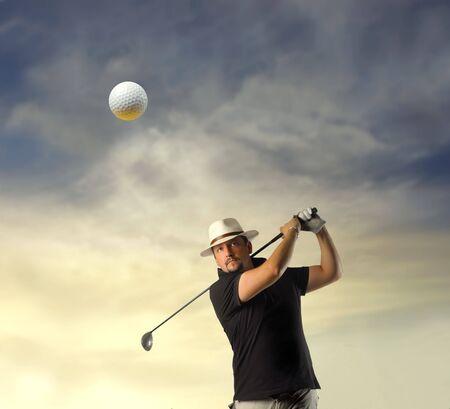 hombre disparando: Hombre rodar una pelota de golf  Foto de archivo