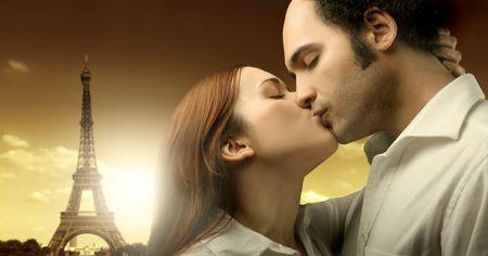 femme romantique: Couple baisers avec la tour Eiffel sur le fond.