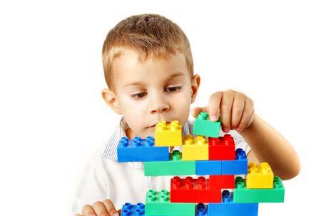 enfant qui joue: Enfants jouant avec les briques en plastique