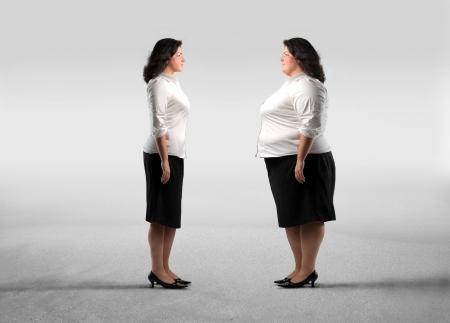 mujer gorda: Grasa mujer de pie delante de su clon m�s delgado