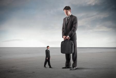 business rival: Peque�o empresario impresionado por un permanente de un gigante junto a �l