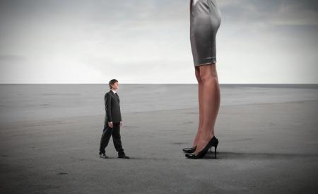 crush on: Peque�o empresario pie frente a las piernas de una mujer gigante