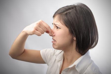Chica joven con expresión de disgusto Foto de archivo