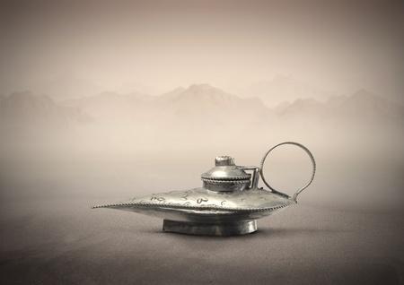 lampe magique: Lampe magique dans un d�sert.