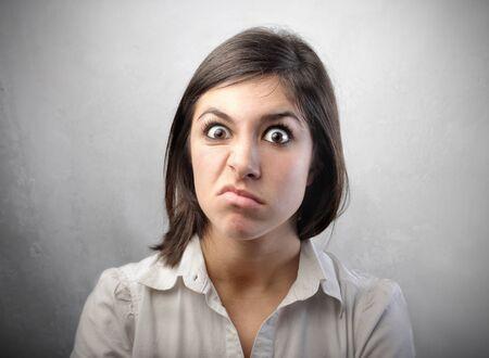 tufo: Mujer joven con expresi�n disgustado