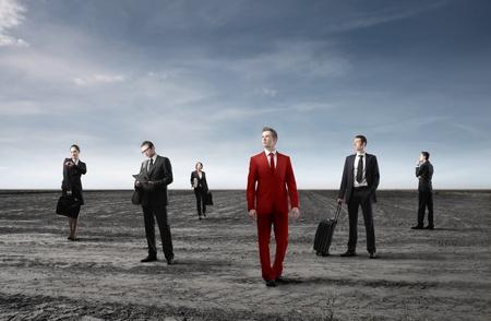 Grupo de hombres de negocios en negro y hombre de negocios en rojo
