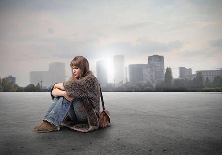 mujer hippie: Joven sentada con paisaje urbano en el fondo Foto de archivo