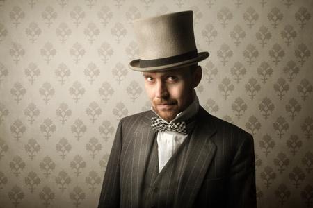 cilindro: Elegante caballero llevaba un sombrero de cilindro