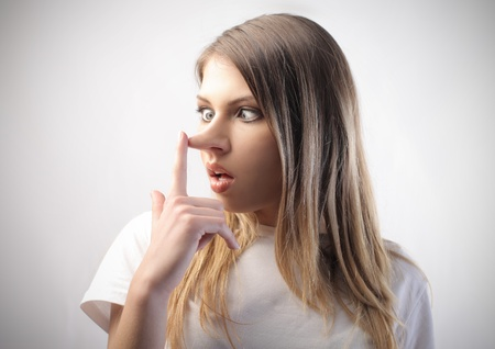 nosa: Kobieta insincere z długim nos