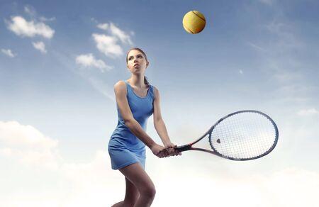 jugando tenis: Mujer hermosa, jugar al tenis