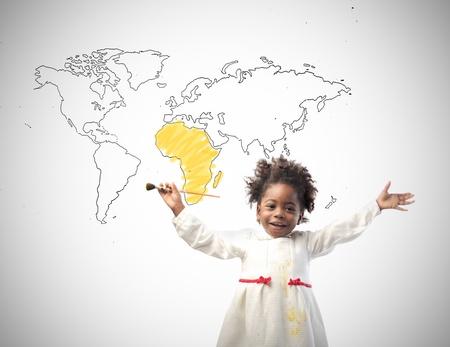 Sonriendo a niña africana con el mapa del mundo en el fondo