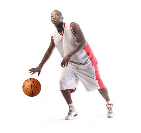 アクションの若いアフリカのバスケット ボール選手