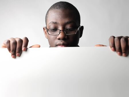 negras africanas: Empresario africano sosteniendo un cartel
