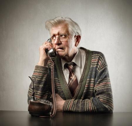 preocupacion: Hombre senior preocupado hablando por tel�fono Foto de archivo