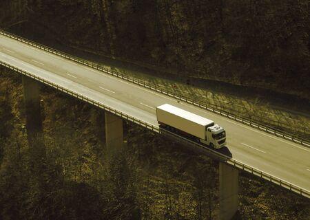 Camion su un'autostrada