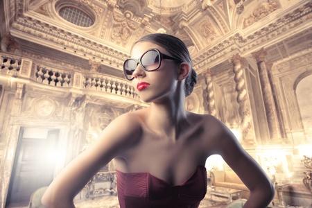 chambre luxe: Belle femme �l�gante dans un h�tel de luxe
