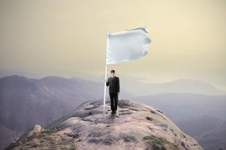flag: Een vlag op de top van een berg zinken zakenman