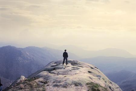 cima montagna: Uomo osservando il landscapeMan osservando il paesaggio