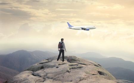 Travel Backpack: Hombre en la cima de una monta�a de un avi�n de observaci�n