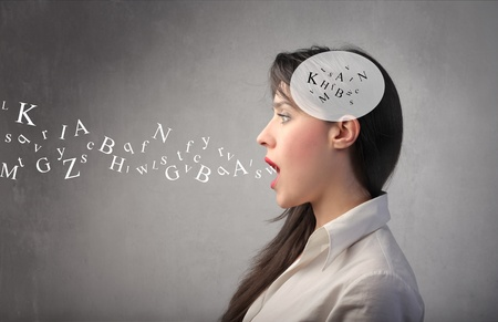 idiomas: Mujer hablando con letras del alfabeto en su mente y que salen de su boca Foto de archivo