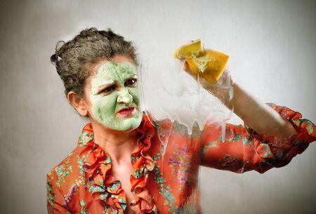 mujer fea: Ama de casa con m�scara de belleza y limpieza Foto de archivo