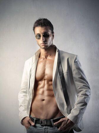 hombres musculosos: Hombre guapo en ropa de moda