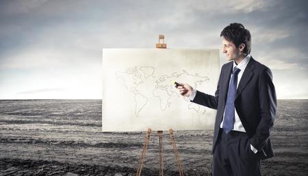 planisphere: Uomo d'affari presentando una tavola con un planisfero