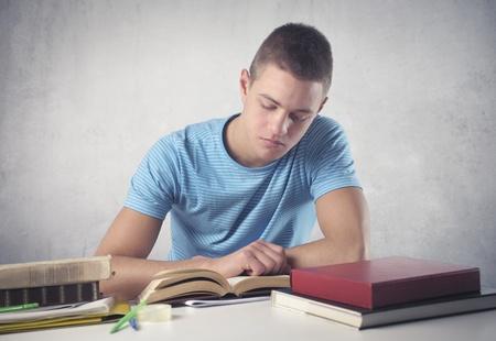 hombre estudiando: Joven estudio
