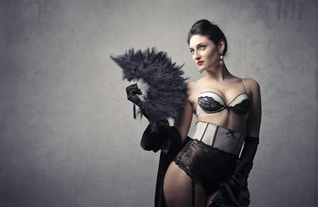 ropa interior femenina: Hermosa mujer sexy en ropa interior que sostiene un abanico Foto de archivo