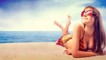 Belle femme en bikini se bronzer au bord de la mer Banque d'images - 10476737