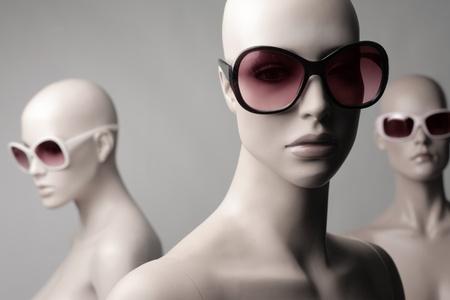 Mannequins portant des lunettes de soleil de mode