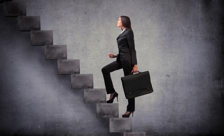 stair: Zakenvrouw intensivering van een trap Stockfoto