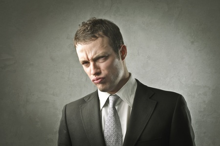 desprecio: Empresario con expresión decepcionado