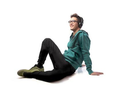 cuerpo hombre: Joven sonriente, escuchar m�sica Foto de archivo