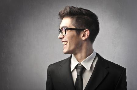 hombre de perfil: Sonriente joven empresario