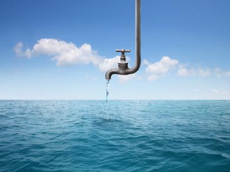 grifos: Grifo que gotea un poco de agua en el mar Foto de archivo