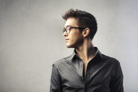 hombres jovenes: Perfil de un hombre joven y guapo