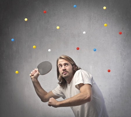 ping pong: Joven jugando ping pong con muchas pelotas Foto de archivo