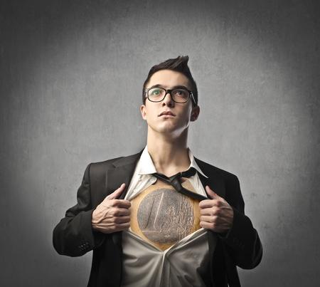 Kaufmann zeigt die Euro-Münze unter seinem Rock